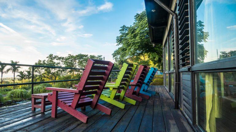 Conheça 5 tipos e modelos de cadeiras para varandas