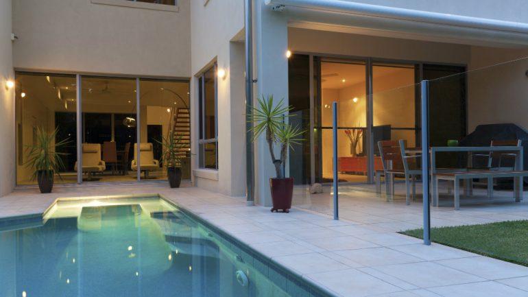 6 dicas para decorar a área da piscina
