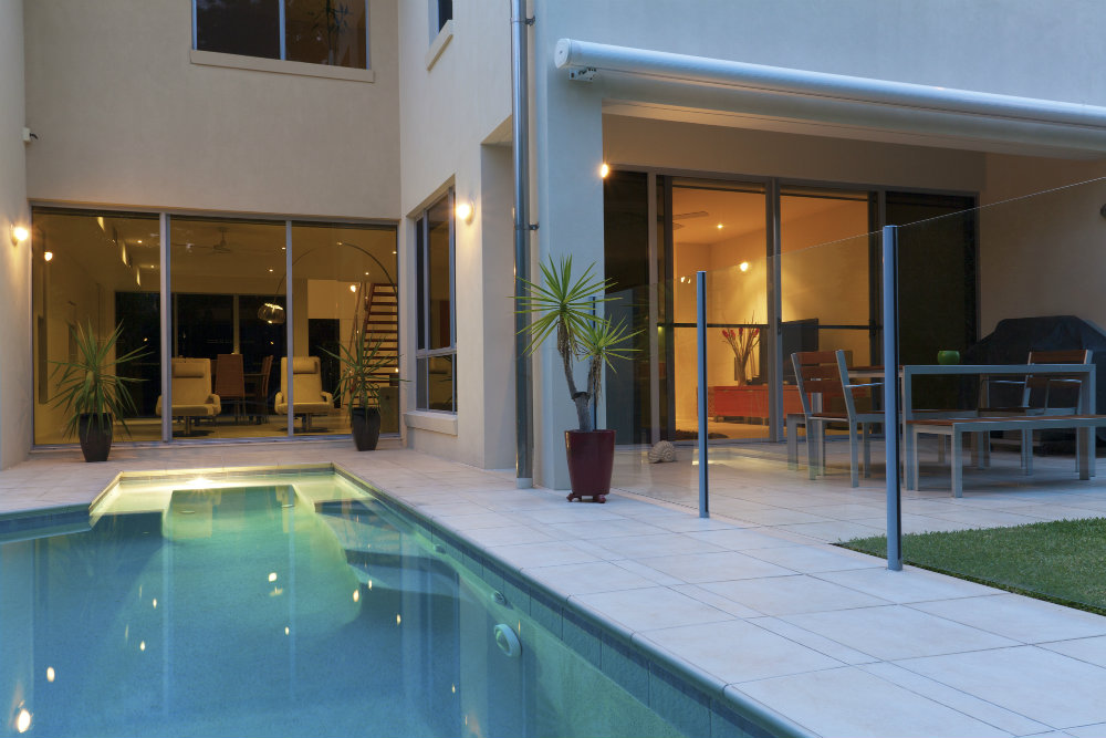 6 dicas para decorar a rea da piscina bons ventos for Imagenes de casas pequenas con alberca