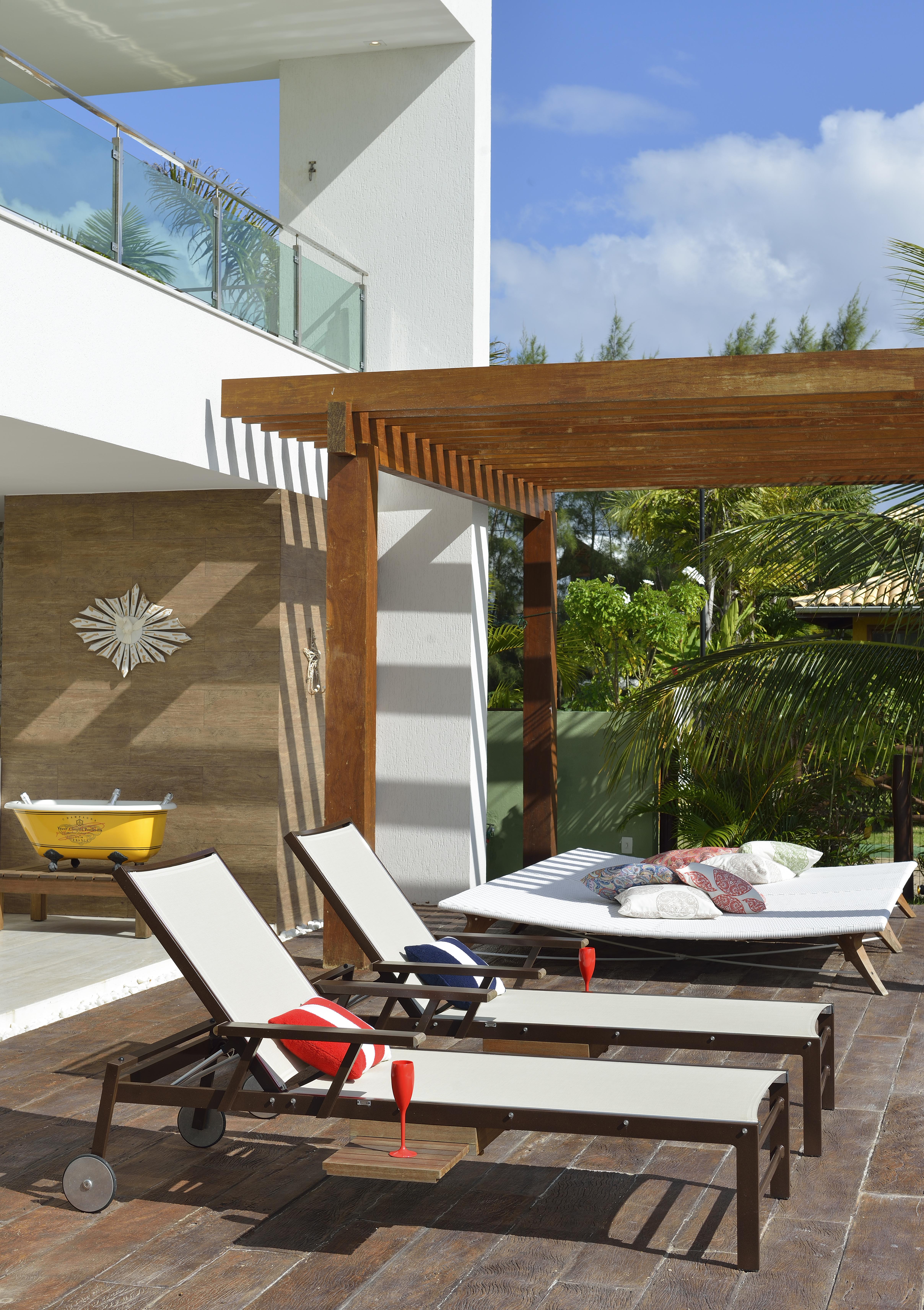 chaises com estrutura de alumínio na piscina