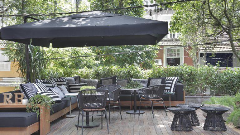 Saiba como inovar na decoração de jardins usando ombrelones