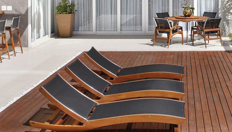 Quais são os melhores tipos de madeira para móveis de área externa?